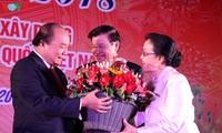 Premierminister Vietnams und Laos feiern das Tetfest mit der vietnamesischen Gemeinschaft