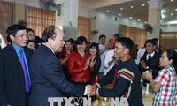 Der Premierminister überreicht Geschenke an arme Menschen und Arbeitnehmer in Dak Lak