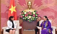 Tong Thi Phong trifft die 1. Sekretärin des Kommunistischen Jugendverbands Kubas