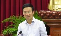 Der Leiter der Zentralabteilung für Aufklärung und Erziehung tagt mit Can Tho