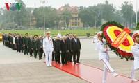Die vietnamesische Führung besucht Ho Chi Minh-Mausoleum