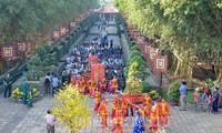 Die Leitung von Ho Chi Minh Stadt zündet Räucherstäbchen zum Gedenken an gefallene Soldaten an