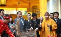Anzündung von Räucherstäbchen zu Ehren von Vorfahren in der Thang-Long-Zitadelle