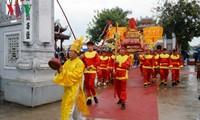 Tausende Touristen nehmen an einem Fest im Xa-Tac-Tempel teil