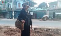 Umhängekorb begleitet Thai Frauen im Nordwesten Vietnams