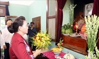 Parlamentspräsidentin Nguyen Thi Kim Ngan zündet Räucherstäbchen zu Ehren des Präsidenten Ho Chi Minh an