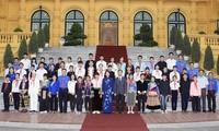 越南国家副主席邓氏玉盛会见老街省优秀少数民族青少年代表团