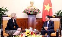 越南政府副总理兼外长范平明会见新西兰驻越大使马修斯