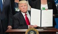 美国总统特朗普签署对俄罗斯、伊朗和朝鲜三国制裁法案