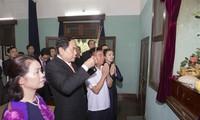 越南祖国阵线中央委员会主席陈清敏上香缅怀胡志明主席