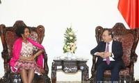 阮春福会见乌克兰外长和南非国际关系与合作部长