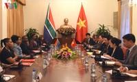 越南政府副总理兼外长范平明与南非外交部长马莎巴尼举行会谈