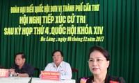 越南国会主席阮氏金银与芹苴市选民接触