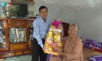 确保贫困者和政策优抚家庭过好年的多项切实活动在越南各地举行