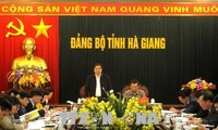 越共中央组织部部长范明正视察河江省