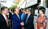 阮春福访问澳大利亚国立大学并看望旅澳越南人
