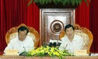 Staatspräsident Truong Tan Sang berät mit Vertretern der Parteileitung in Hanoi