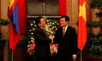 Staatspräsident Truong Tan Sang führt Gespräch mit dem Präsidenten der Mongolei, Elbegdorj