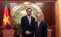 Parlamentspräsident Nguyen Sinh Hung empfängt Südkoreas Politiker Lee Woo Hyun