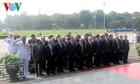Partei- und Staatschef besuchen Ho Chi Minh-Mausoleum zu seinem Geburtstag