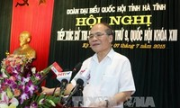 Parlamentspräsident Nguyen Sinh Hung trifft Wähler in Ha Tinh