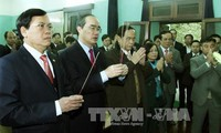 Vorsitzender der Front Nguyen Thien Nhan zündet Räucherstäbchen für Präsident Ho Chi Minh an