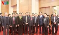 Parlamentspräsident Nguyen Sinh Hung beglückwünscht Beamte des Parlamentsbüros zum Tetfest