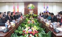 Parlamentspräsidentinnen Vietnams und Laos'  führen ein Gespräch in Vientiane