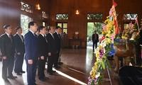 Premierminister Nguyen Xuan Phuc zündet Räucherstäbchen für Präsident Ho Chi Minh an