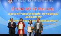 """Preiseübergabe """"Vorbildliche Bürger und Kollektive, die den Worten von Präsident Ho Chi Minh folgen"""""""