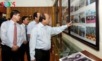 Premierminister zündet Räucherstäbchen in der Gedenkstätte für Regiment 52 in Son La an