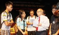 Physik-Nobelpreisträger Gerardus 't Hooft spricht mit vietnamesischen Wissenschaftsliebhabern