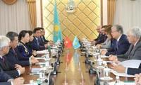 Vietnams Parlamentspräsidentin führt ein Gespräch mit dem Vorsitzenden des kasachischen Unterhauses