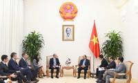 Premierminister Nguyen Xuan Phuc empfängt Bangladeschs Botschafterin Naz und Direktor von AB InBev