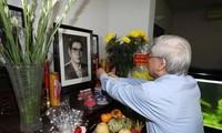 KPV-Generalsekretär Nguyen Phu Trong zündet Räucherstäbchen für verstorbenen Partei- und Staatschefs