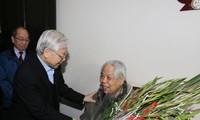 Spitzenpolitiker beglückwünschen ehemaligen KPV-Generalsekretär Do Muoi zum Geburtstag