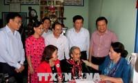 Parlamentspräsidentin Nguyen Thi Kim Ngan überreicht Geschenke an bedürftige Familien in Long An