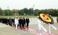 Spitzenpolitiker besuchen Ho Chi Minh-Mausoleum zum 88. Gründungstag der Partei