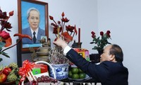 Regierungsleitung zünden Räucherstäbchen zum Gedenken an Nguyen Van Linh und Pham Van Dong an