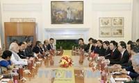 Staatspräsident Tran Dai Quang und Indiens Premierminister Narendra Modi führen ein Gespräch