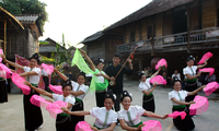Frauen der Volksgruppe der Tay führen touristisches Geschäft