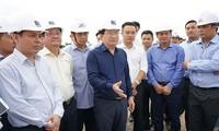 Vizepremierminister Trinh Dinh Dung überprüft den Bau der Autobahnstrecke Trung Luong – Can Tho