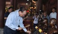 Premierminister Nguyen Xuan Phuc zündet Räucherstäbchen im Gedenkkomplex Kim Lien an