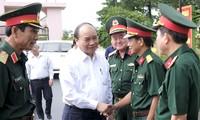 Premierminister Nguyen Xuan Phuc besucht Regiment 16 in Binh Phuoc