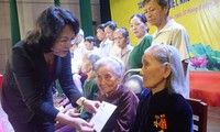 Die Vizestaatspräsidentin überreicht Kinder aus schwierigen Verhältnissen in Quang Ngai Geschenke