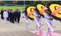 Partei- und Staatschefs besuchen das Ho Chi Minh-Mausoleum anlässlich des Nationalfeiertags