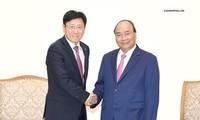 Premierminister Nguyen Xuan Phuc trifft ausländische Investoren
