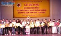 Überreichung des Preises vom landesweiten Festival für professionelle Theaterkünste Tuong, Bai Choi und andere Volkslieder