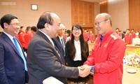Premierminister Nguyen Xuan Phuc trifft Fußballnationalmannschaft