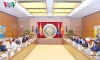 Vietnams Parlamentspräsidentin führt ein Gespräch mit dem Senatspräsidenten Australiens